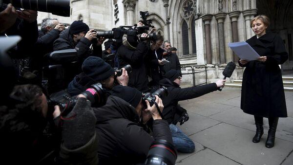 Marina Litvinenko lee una declaración frente a los Reales Tribunales de Justicia en Londres - Sputnik Mundo