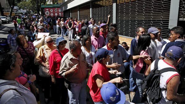 Cola para comprar harina de maíz y arroz en Caracas, Venezuela (archivo) - Sputnik Mundo