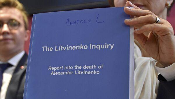 Marina Litvinenko con un copia del Sumario del caso de Litvinenko - Sputnik Mundo