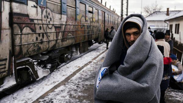 Un refugiado en Serbia - Sputnik Mundo