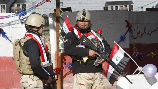 Los militares iraquíes guardan un punto de control en Bagdad - Sputnik Mundo