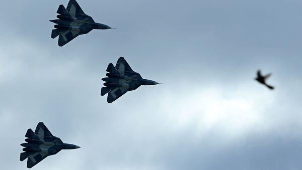 Los cazas furtivos T-50 en vuelo - Sputnik Mundo