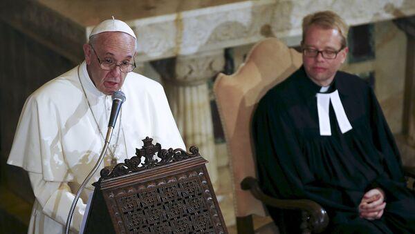 Papa Francisco durante su visita a una iglesia luterana en Roma, Italia - Sputnik Mundo