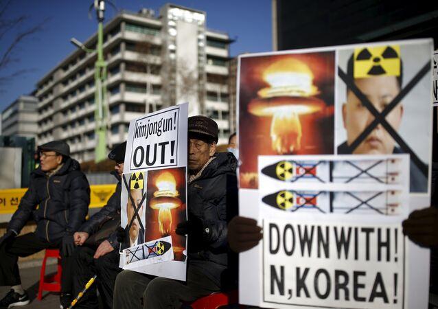 Unos protestantes en Seúl se manifiestan en contra de la escalada de tensión de Corea del Norte
