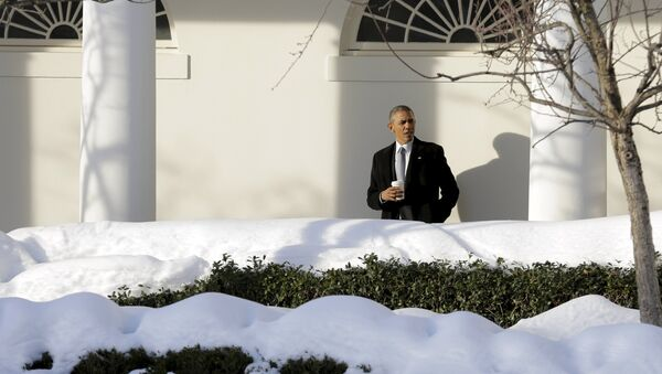 U.S. President Barack Obama waits for members of his staff in the Colonnade as he walks to the Oval Office at the White House in Washington January 25, 2016. - Sputnik Mundo