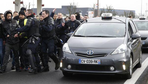 La reacción de la Policía a la huelga de taxistas en Francia - Sputnik Mundo