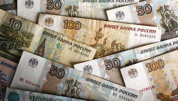 Rublos en billetes de distinto valor - Sputnik Mundo