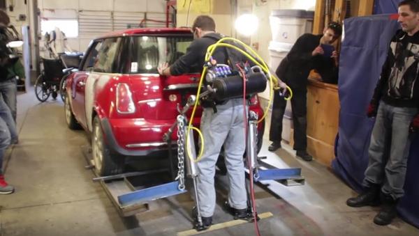 Exoesqueleto casero para levantar coches - Sputnik Mundo
