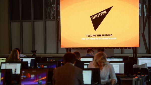 El logo de la agencia de noticias Sputnik en una pantalla en el Foro Económico en Vladivostok - Sputnik Mundo