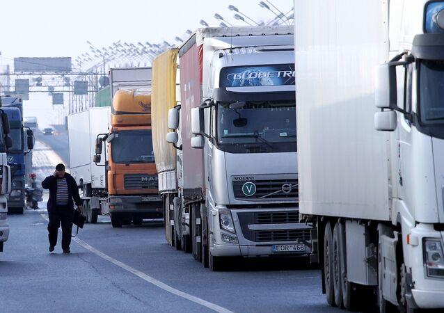 Los camiones en la frontera de Rusia