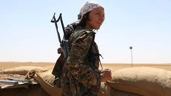 Una mujer kurda del batallón YPG en Siria (archivo) - Sputnik Mundo