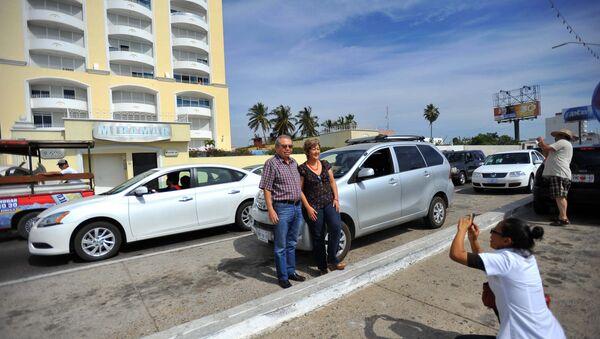 Los turistas toman fotos en frente del hotel Miramar, donde fue detenido EL Chapo - Sputnik Mundo