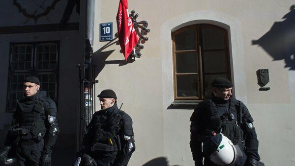 Policías letones en Riga (archivo) - Sputnik Mundo