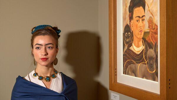 Una visitante de la exposición, vestida de Frida Kahlo - Sputnik Mundo