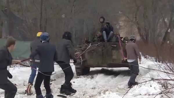 Mientras tú trabajas, rusos practican snowboard tras un vehículo militar - Sputnik Mundo