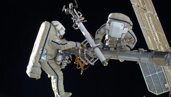 Cosmonautas rusos utilizan los escafandras Orlan-MK - Sputnik Mundo