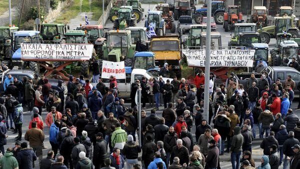 Granjeros griegos participan en un mitín contra reformas de pensiones - Sputnik Mundo