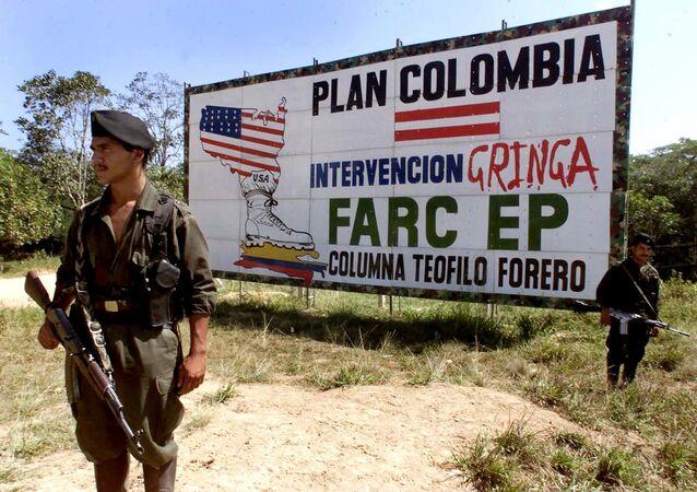 Miliciano de FARC cerca de una valla propagandística anti-EEUU (Archivo)