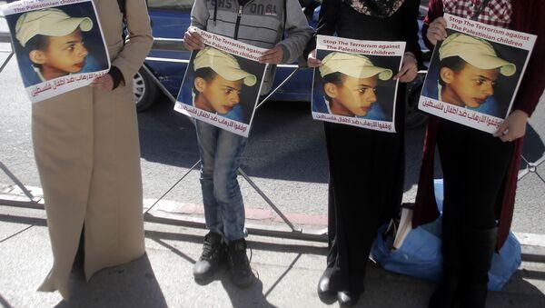 Los parientes de Mohammed Abu Jdeir sosteniendo sus fotos fuera de la Corte de Jerusalem - Sputnik Mundo