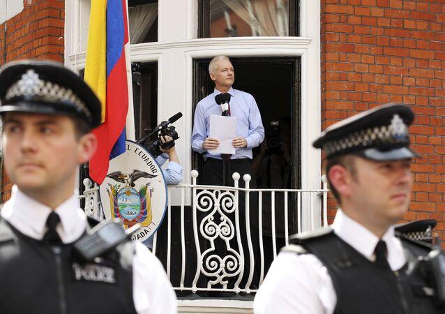 Assange en el balcón de la Embajada de Ecuador en el Reino Unido (archivo)