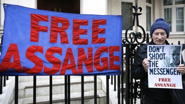 Manifestante con una pancarta en apoyo a Julian Assange cerca de la embajada de Ecuador - Sputnik Mundo