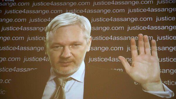 Julian Assange aparece en la pantalla de la rueda de prensa vía vídeo - Sputnik Mundo