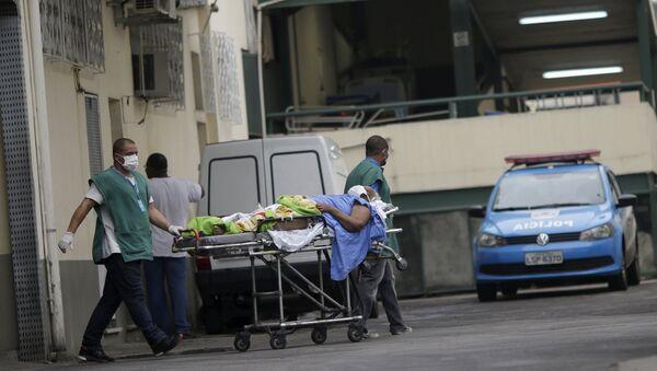 Los médicos transportan a un enfermo en Río de Janeiro, Brasil - Sputnik Mundo