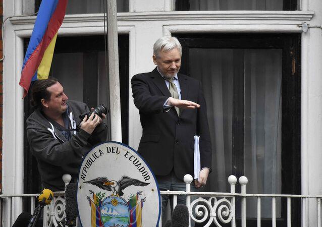 Assange spricht vom Balkon der Botschaft Ecuadors aus