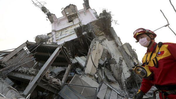 El grupo de rescate trabaja en el lugar donde el edificio de 17 pisos se ha destruido tras un terremoto en Taiwán. El 6 de febrero del 2016. - Sputnik Mundo