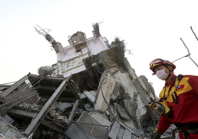 El grupo de rescate trabaja en el lugar donde el edificio de 17 pisos se ha destruido tras un terremoto en Taiwán. El 6 de febrero del 2016.