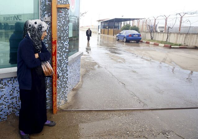 Una migrante siria en la frontera entre Siria y Turquía