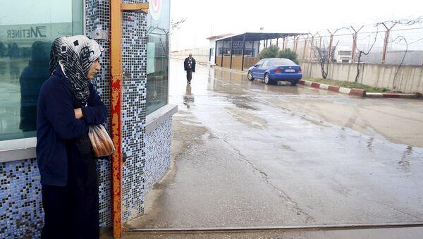 Una migrante siria en la frontera entre Siria y Turquía - Sputnik Mundo