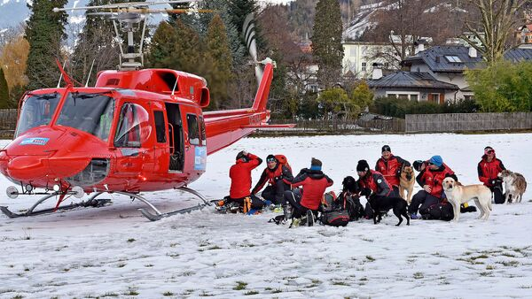 Equipos de rescate se preparan para buscar a un grupo de personas atrapadas en la nieve - Sputnik Mundo