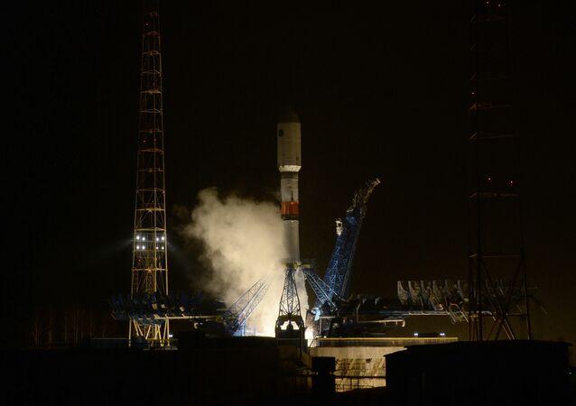 Cohete portador Soyuz 2.1b antes del despegue (archivo)