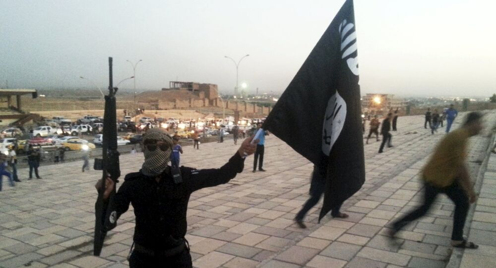 Un hombre con la bandera de Daesh en Irak (archivo)