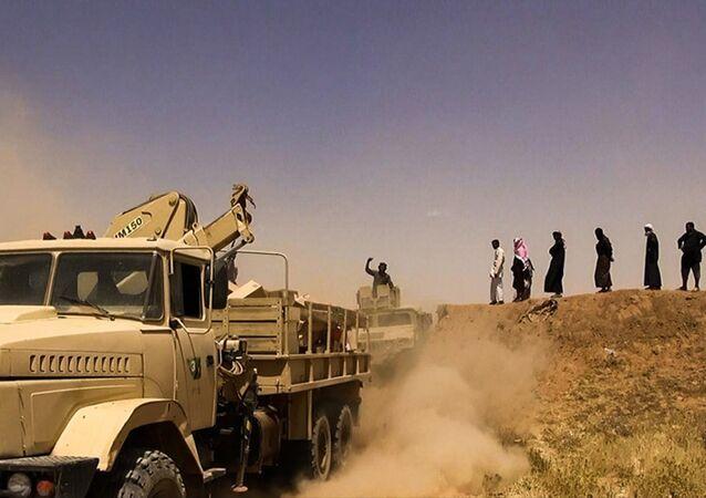 Los integrantes de Daesh con una bandera yihadista en la frontera entre Siria e Irak. Junio del 2014