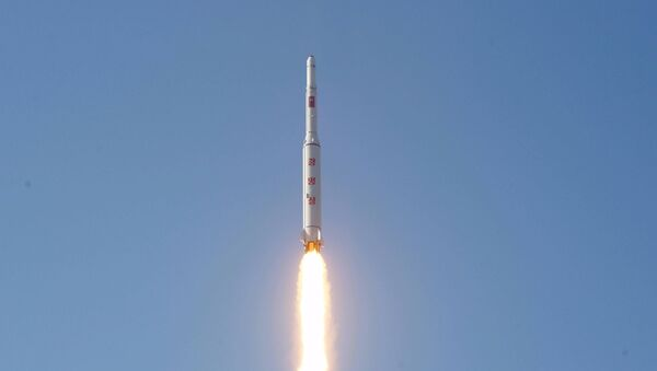 Corea del Norte lanza un misil de largo alcance (archivo) - Sputnik Mundo