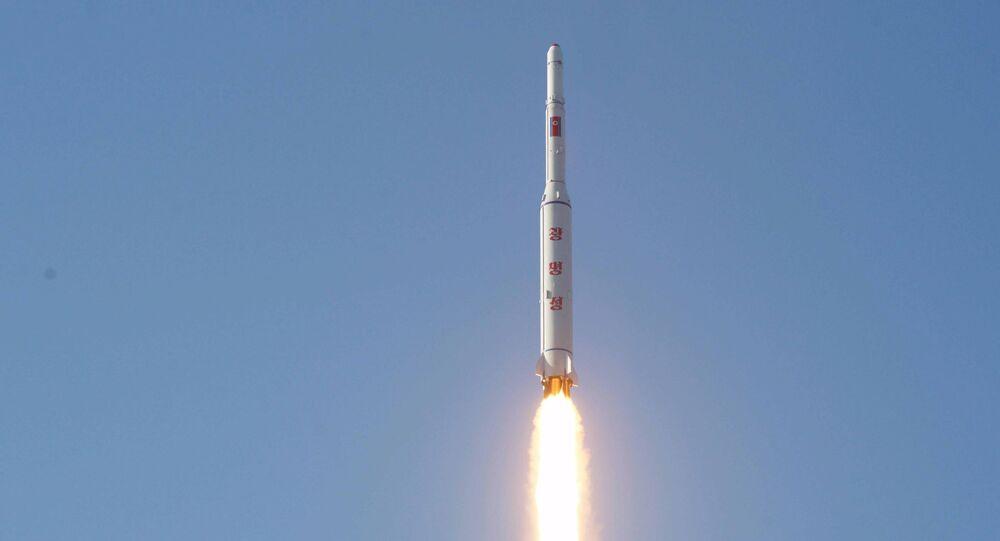 Corea del Norte lanza un misil de largo alcance (archivo)