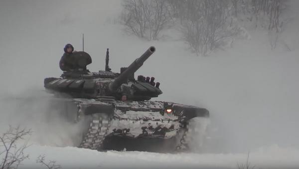 Tanques T-72 maniobran sobre la nieve - Sputnik Mundo