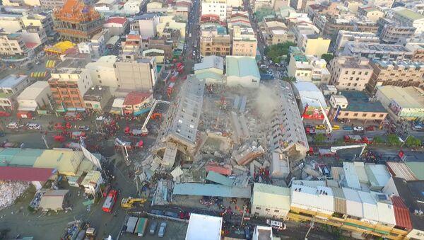Un dron captó el derrumbamiento de un edificio durante el terremoto en Taiwán - Sputnik Mundo