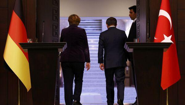 Canciller de Alemania, Angela Merkel, y ministro de Exteriores de Turquía, Ahmet Davutoglu - Sputnik Mundo