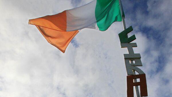 Las letras CIRA (Ejército Republicano Irlandés de la Continuidad) debajo de la bandera de Irlanda - Sputnik Mundo