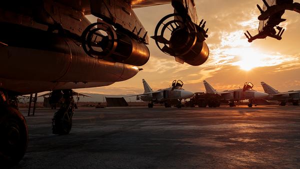 Aviones de las Fuerzas Aeroespaciales de Rusia en la base siria de Hmeymim - Sputnik Mundo