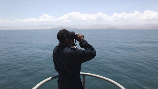 Un marinero con unos binoculares (imagen referencial) - Sputnik Mundo