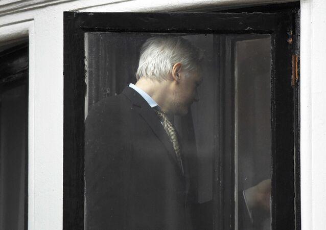 Julian Assange, fundador de Wikileaks, en la embajada de Ecuador en Londres (archivo)