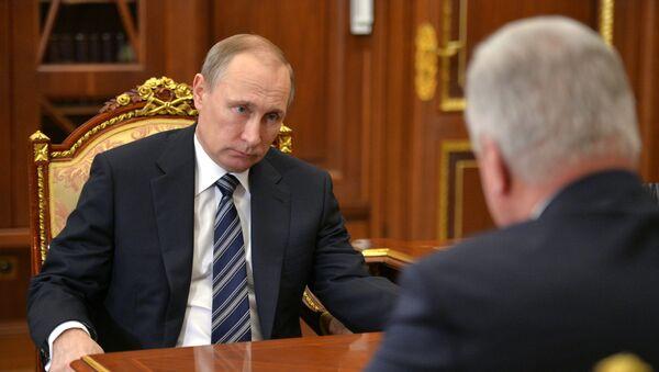 El presidente de Rusia, Vladímir Putin, durante la reunión con el dirigente de la Federación de Sindicatos Independientes, Mijaíl Shmakov - Sputnik Mundo
