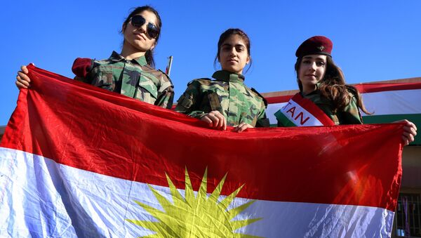 Jóvenes kurdas llevan la bandera de Kurdistán en Irak - Sputnik Mundo