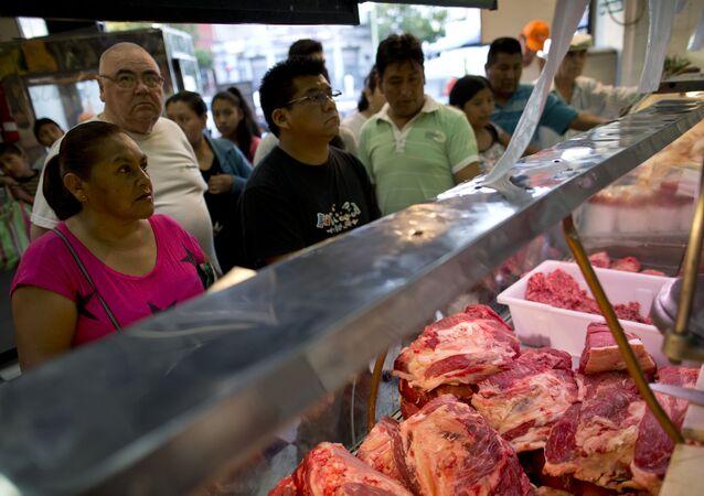 Los compradores de la carne en un mercado de Buenos Aires, Argentina