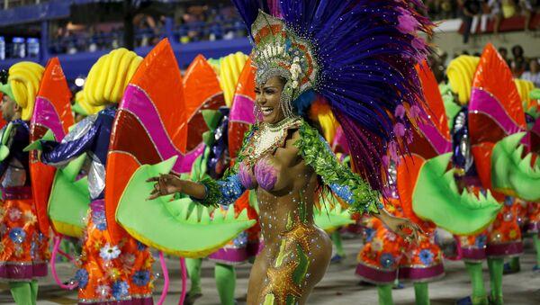 Una participante del Carnaval de Río de Janeiro - Sputnik Mundo
