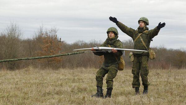 Lanzamiento de un dron por los militares rusos - Sputnik Mundo